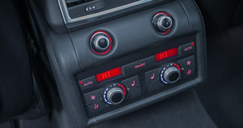 Tylni mini kokpit do zarządzania klimatyzacją w Audi Q7