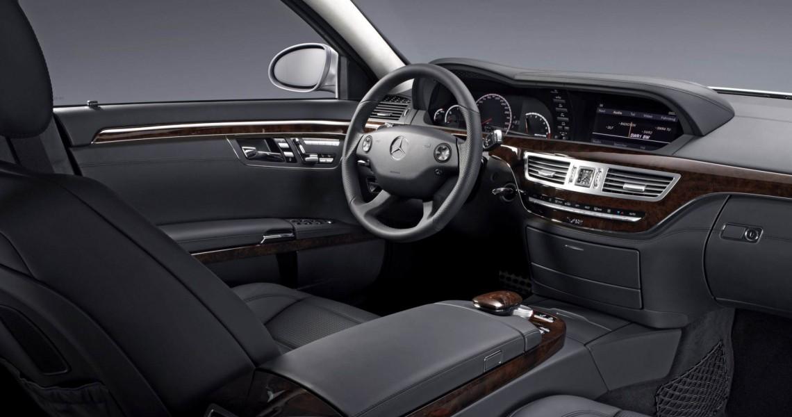 Kokpit kierowcy w Mercedesie S klasy