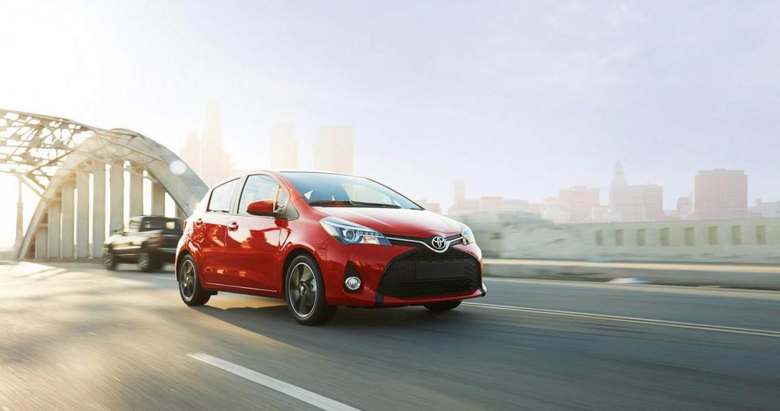 Toyota Yaris w czasie jazdy