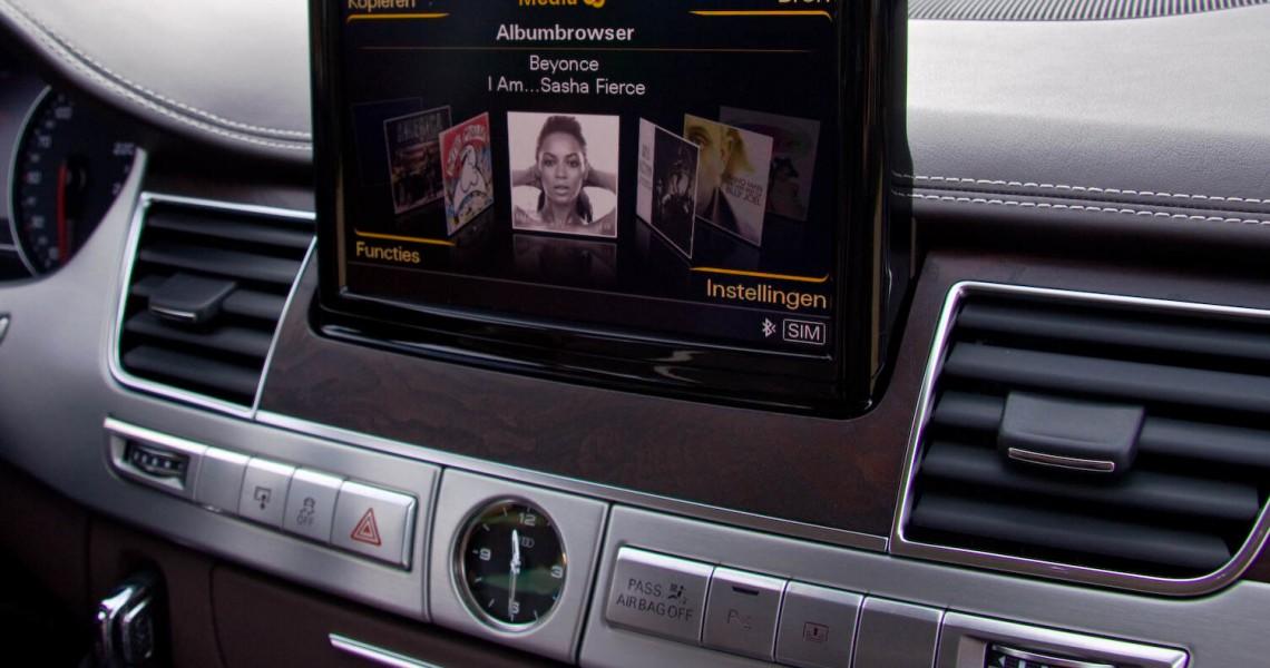 Zbliżenie na system nawigacyjny samochodu Audi S8
