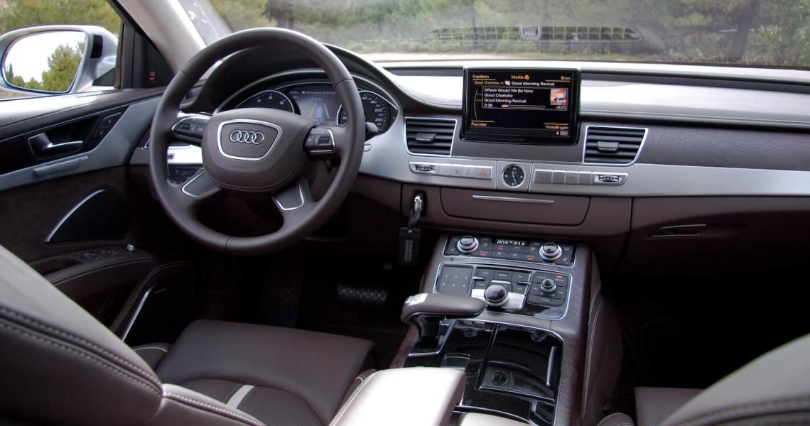 Zdjęcie kokpitu oferowanego Audi S8