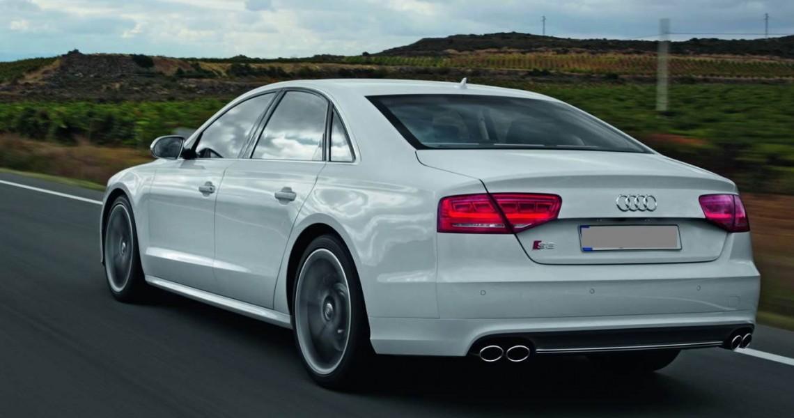 Zdjęcie z tyłu Audi S8
