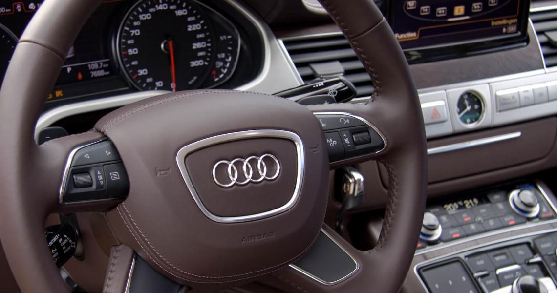 Zdjęcie kierownicy Wynajmowanego Audi S8