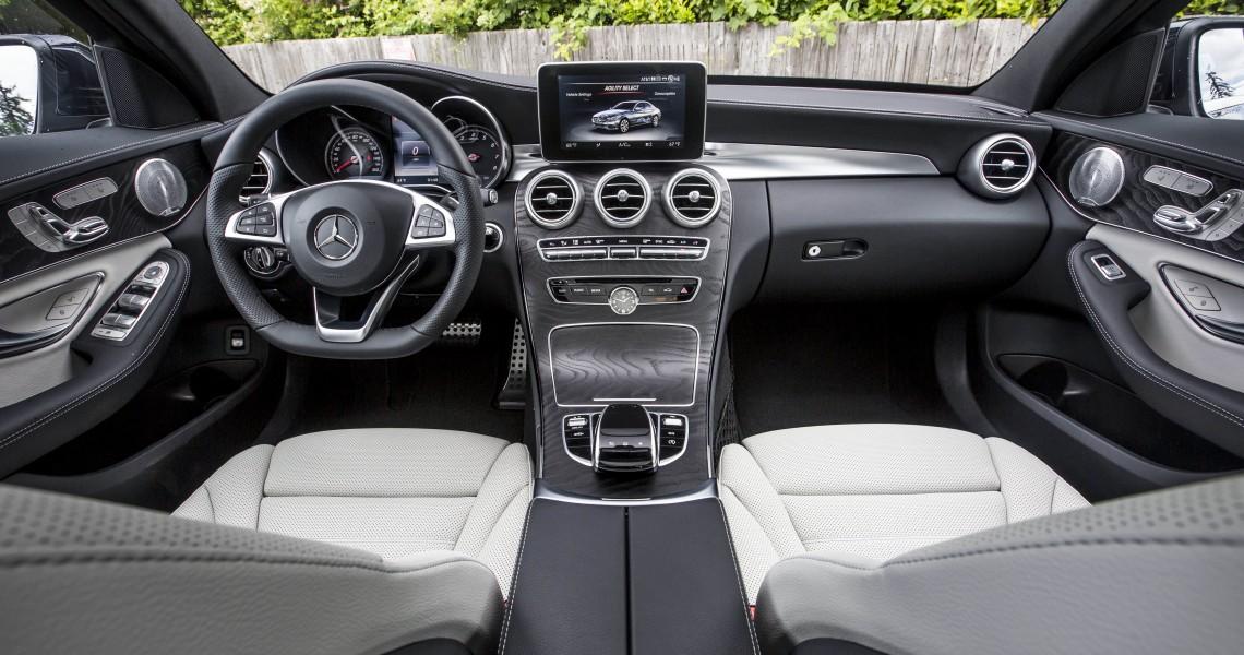 Kokpit Mercedesa klasy C w naszej wypożyczalni