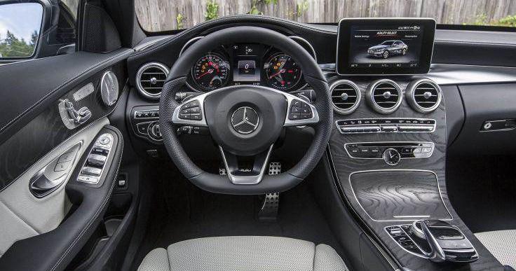 Kierownica w wynajmowanym Mercedesie klasy C