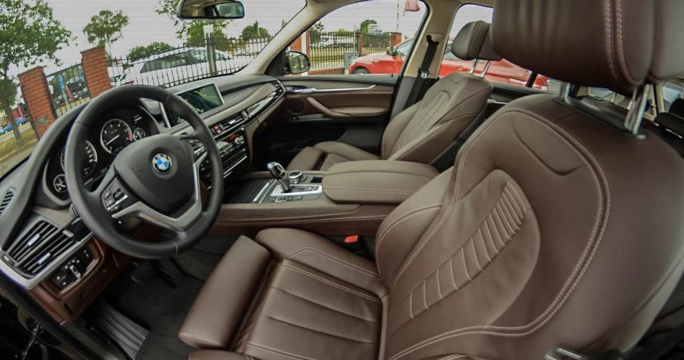 Przód wewnątrz od strony pasażera BMW X5