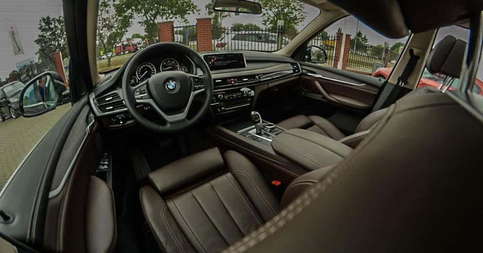 Przód od strony kierowcy BMW X5