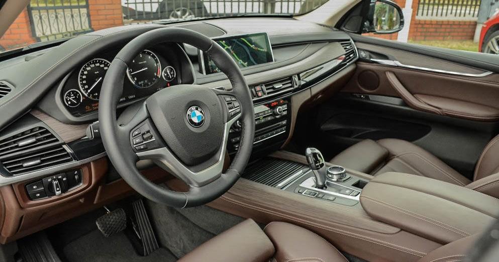 Kokpit od strony kierowcy BMW X5