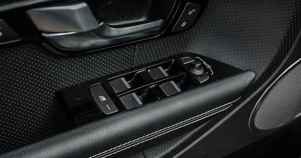 Przyciski w drzwiach Range Rover Evoque